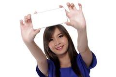 La muchacha asiática toma una imagen de sí misma Fotografía de archivo libre de regalías