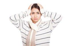 La muchacha asiática hermosa con la bufanda consiguió dolor de cabeza Imagen de archivo