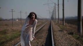 La muchacha asombrosa en el vestido translúcido blanco y con maquillaje de la cera en cara en forma de herida sangrienta hace dan almacen de video