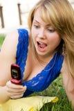 La muchacha asustada de teléfono-llama Imagenes de archivo