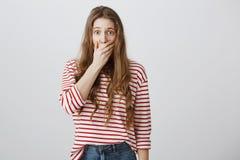 La muchacha asustada y chocada quiere gritar Retrato de la boca europea temerosa pasmada de la cubierta de la mujer con atestigua Imágenes de archivo libres de regalías