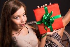 La muchacha atractiva atractiva sensual se sienta en una silla con Foto de archivo libre de regalías