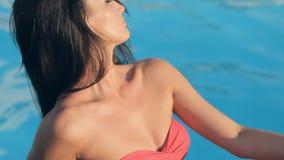 La muchacha atractiva con el pelo largo se vistió en un bikini almacen de metraje de vídeo