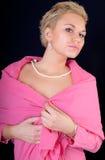 La muchacha atractiva en una chaqueta rosada imagenes de archivo