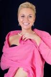 La muchacha atractiva en una chaqueta rosada fotografía de archivo libre de regalías