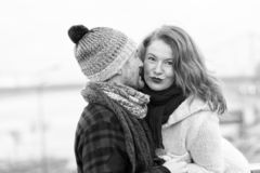 La muchacha atractiva escucha el individuo Mujer feliz de la historia masculina Un hombre susurra a una mujer Primer de pares en  fotos de archivo libres de regalías