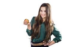 La muchacha atractiva hermosa joven con el pelo rizado oscuro, sosteniendo la manzana grande para disfrutar del gusto y está adie Fotos de archivo libres de regalías