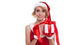 La muchacha atractiva hermosa sostiene el regalo de Santa Claus Fotos de archivo