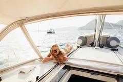 La muchacha atractiva que navega en traje de baño se relaja en viaje de las vacaciones Fotos de archivo libres de regalías