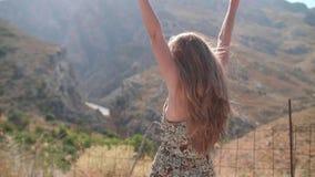 La muchacha aumentó sus manos para arriba almacen de video