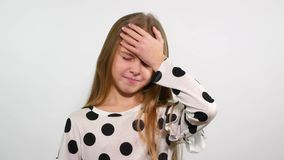La muchacha aumenta su mano a la frente para mostrar que algo olvidó almacen de video