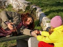 La muchacha ayuda a una mujer borracha Imagen de archivo