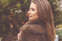 La muchacha bastante adolescente está llevando el abrigo de pieles Imagen de archivo