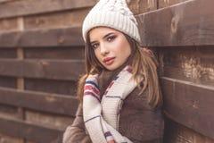La muchacha bastante adolescente está llevando el sombrero y la bufanda calientes Fotos de archivo libres de regalías
