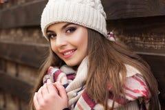 La muchacha bastante adolescente está llevando la ropa caliente del invierno Fotos de archivo
