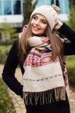 La muchacha bastante adolescente está llevando la ropa caliente del invierno Fotos de archivo libres de regalías