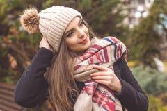 La muchacha bastante adolescente está llevando la ropa caliente del invierno Foto de archivo