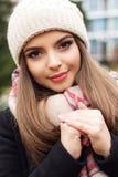 La muchacha bastante adolescente está llevando la ropa caliente del invierno Fotografía de archivo