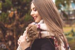 La muchacha bastante adolescente está llevando la ropa caliente del invierno Imagenes de archivo