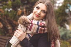 La muchacha bastante adolescente está llevando la ropa caliente del invierno Fotografía de archivo libre de regalías