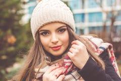 La muchacha bastante adolescente está llevando la ropa caliente del invierno Imágenes de archivo libres de regalías