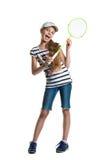 La muchacha bastante adolescente juega con una estafa para un bádminton en un fondo blanco Fotos de archivo