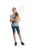 La muchacha bastante adolescente juega con una estafa para un bádminton en un fondo blanco Imagen de archivo