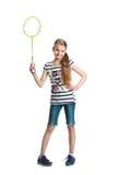 La muchacha bastante adolescente juega con una estafa para un bádminton en un fondo blanco Fotos de archivo libres de regalías