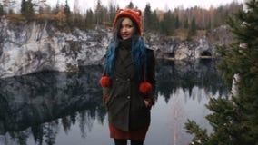 La muchacha bastante agradable disfruta de la opinión hermosa del lago del hilltopl y del buen tiempo en Karelia Alrededor de las almacen de video