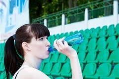 La muchacha bebe el agua Imagenes de archivo