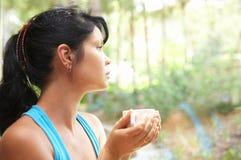 La muchacha bebe el café Fotos de archivo
