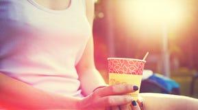 La muchacha bebe el café Foto de archivo