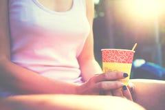 La muchacha bebe el café Fotografía de archivo libre de regalías