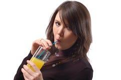La muchacha bebe el jugo imágenes de archivo libres de regalías