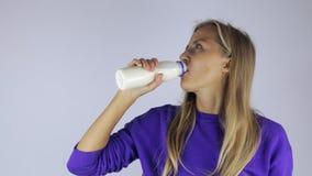 La muchacha bebe el yogur metrajes