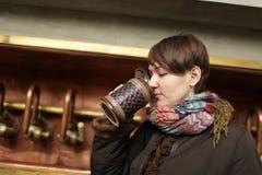 La muchacha bebe la cerveza foto de archivo