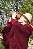 La muchacha bebe la leche de un jarro Imagen de archivo