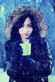La muchacha bebe té caliente en día nevoso Imagen de archivo