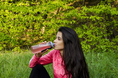 La muchacha bebe una bebida Imagenes de archivo