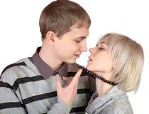 La muchacha besa al hombre joven Imagen de archivo