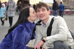 La muchacha besa al querido Fotos de archivo libres de regalías