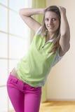 Muchacha adolescente de moda que se coloca en actitud Foto de archivo libre de regalías