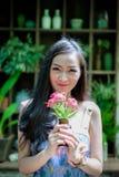 La muchacha bonita asiática tiene la relajación con feliz y sonrisa en poco fotos de archivo libres de regalías