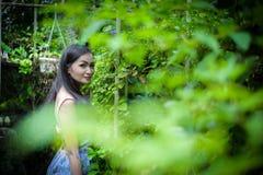 La muchacha bonita asiática tiene la relajación con feliz y sonrisa en poco imágenes de archivo libres de regalías