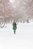La muchacha bonita camina al aire libre en el día de invierno en par Foto de archivo