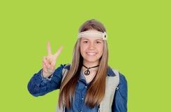 La muchacha bonita con hippie viste la fabricación del símbolo de paz Imágenes de archivo libres de regalías