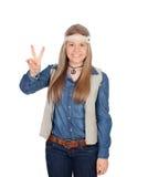 La muchacha bonita con hippie viste la fabricación del símbolo de paz Fotos de archivo libres de regalías