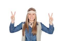 La muchacha bonita con hippie viste la fabricación del símbolo de paz Foto de archivo libre de regalías