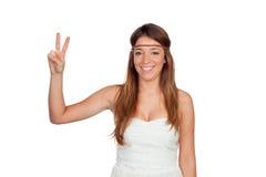 La muchacha bonita con hippie viste la fabricación del símbolo de paz Fotografía de archivo