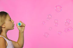 La muchacha bonita con las burbujas de jabón Fotografía de archivo libre de regalías